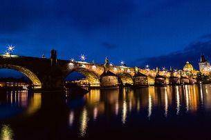 Was sollten Sie sich in Prag nicht entgehen lassen? Die Karlsbrücke – aber bei Nacht!