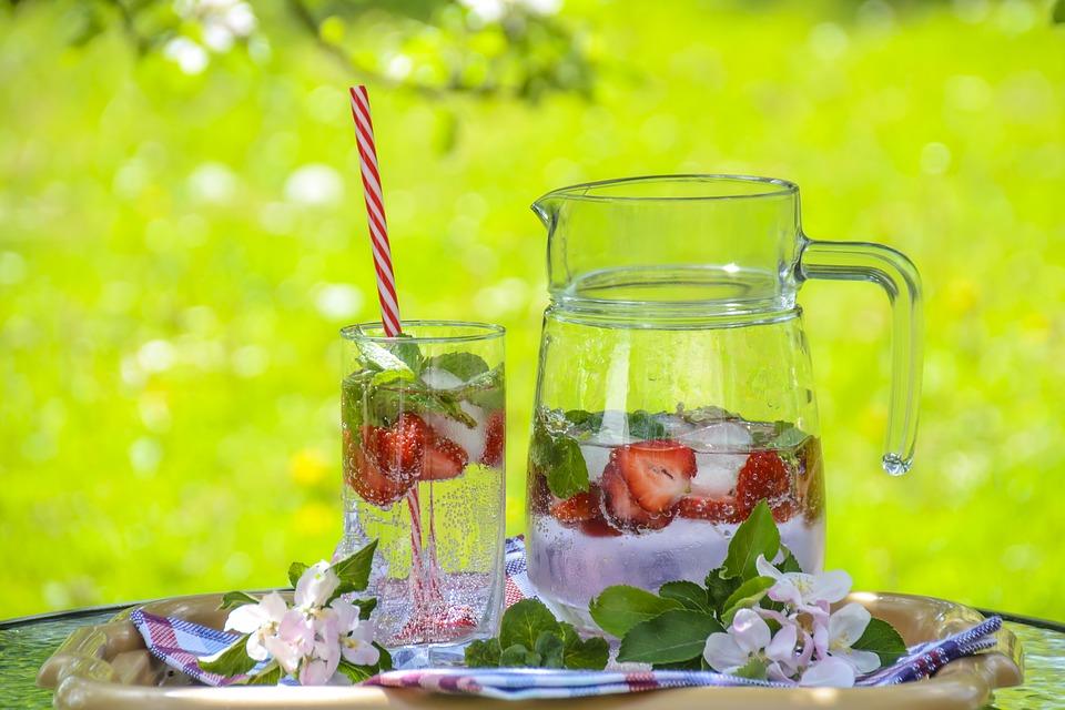 Einfache hausgemachte Eisgetränke, erfrischende Cocktails aber auch Luxuslikör