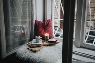Ein gemütliches Heim machen vor allem Kleinigkeiten aus. Setzen Sie auf Kerzen und getrocknete Blumen