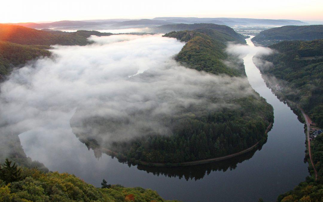 Tipp für einen Ausflug in die Umgebung Prags: schöne Szenerie des Flusses Vltava (Moldau) vom Aussichtsturm Máj